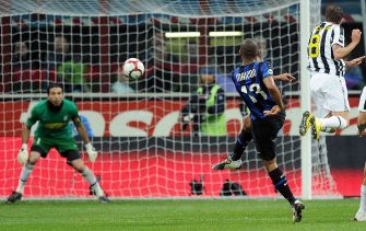 Inter Milan's Brazilian defender Maicon (C) kicks the ball to score against Juventus Turin during their Serie A football match at San Siro stadium in Milan on April 16, 2010.    AFP PHOTO / VINCENZO PINTO (Photo credit should read VINCENZO PINTO/AFP via Getty Images)