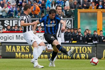 Inter Milan's Argentinian forward Alberto Milito Diego (C) celebrates scores against Siena during their last Serie A football match on May 16, 2010  in Siena.    AFP PHOTO / FABIO MUZZI (Photo credit should read FABIO MUZZI/AFP via Getty Images)