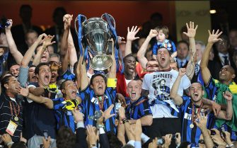 Inter Milan players celebrate with the trophy  after winning the UEFA Champions League final football match Inter Milan against Bayern Munich at the Santiago Bernabeu stadium in Madrid on May 22, 2010. Inter Milan won the Champions League with a 2-0 victory over Bayern Munich in the final at the Santiago Bernabeu. Argentine striker Diego Milito scored both goals for Jose Mourinho's team who completed a treble of trophies this season.  AFP PHOTO / CHRISTOPHE SIMON (Photo credit should read CHRISTOPHE SIMON/AFP via Getty Images)