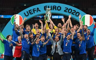 epa09338921 Players of Italy celebrate after winning the UEFA EURO 2020 final between Italy and England in London, Britain, 11 July 2021.  EPA/Michael Regan / POOL (RESTRICTIONS: For editorial news reporting purposes only. Images must appear as still images and must not emulate match action video footage. Photographs published in online publications shall have an interval of at least 20 seconds between the posting.)