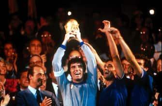 Sandro Girella/LaPresse 11-07-1982 Madrid, Spagna Calcio Campionati mondiali di calcio 1982 Italia-Germania Nella foto: il capitano Dino Zoff alza la coppa al cielo.