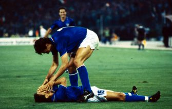 © Ravezzani/LaPresse19-06-1990 Roma, ItaliaCalcioCampionati del mondo Italia 90Italia-Cecoslovacchia 2-0Nella foto: Paolo Maldini abbraccia ROBERTO BAGGIO dopo il gol.