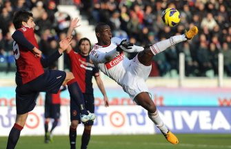 CAGLIARI, ITALY - FEBRUARY 10:  Mario Balotelli (R) of AC Milan scores a disallowed goal during the Serie A match between Cagliari Calcio and AC Milan at Stadio Is Arenas on February 10, 2013 in Cagliari, Italy.  (Photo by Valerio Pennicino/Getty Images)