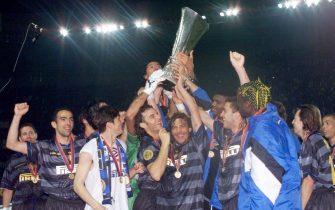 PDP30-19980506-PARIS: Inter Milan's players celebrate with their trophy after beating Lazio Rome 3-0, 06 May at the Parc des Princes Stadium in Paris, in the 1998 UEFA Cup soccer final.  (ELECTRONIC IMAGE)   EPA PHOTO/AFP/ERIC CABANIS