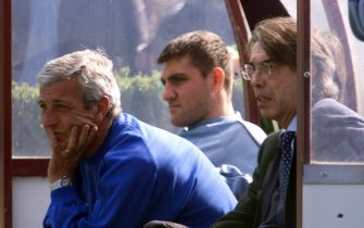 MI-4-5/4/00- APPIANO GENTILE (COMO)- SPR- CALCIO: INTER; ALL'AMICHEVOLE C'E' ANCHE MORATTI. Il presidente dell'Inter Masimo Moratti (d), l'allenatore Marcello Lippi e Chrstian Vieri seguono la partita amichevole oggi ad Appiano Gentile. DAL ZENNARO/ANSA