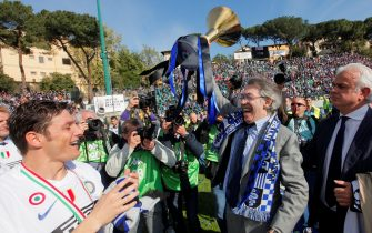 FC Inter's president Massimo Moratti (C) is celebrated by his team after the ceremony of the Italian Serie A title on May 16, 2010 in Siena. Inter Milan secured a fifth straight Serie A title after Diego Milito scored the only goal in a 1-0 win. AFP PHOTO / FABIO MUZZI  (Photo credit should read FABIO MUZZI/AFP via Getty Images)