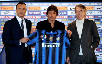(From L) Inter Milan's head of technical staff Marco Branca, new Brazilian coach Leonardo and President Massimo Moratti pose as Leonardo is officially presented to the press at the Inter Milan headquarters in Milan on December 29, 2010. Brazilian coach Leonardo was named on December 24, 2010 as the new boss of European and Italian champions Inter Milan, taking over from the sacked Rafael Benitez.AFP PHOTO/GIUSEPPE ARESU (Photo credit should read GIUSEPPE ARESU/AFP via Getty Images)