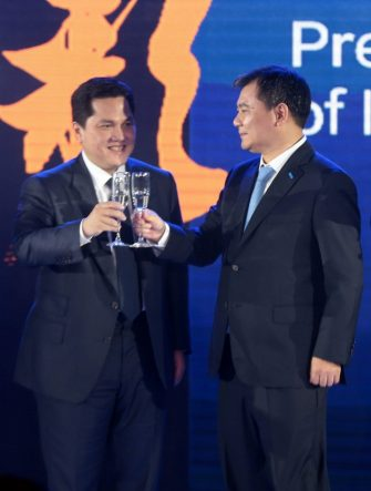 epa05348319 FC Inter's Chairman Erick Thohir (L) and Zhang Jindong (R), founder and the Chairman of the Suning Holdings Group, clink glasses during a press conference in Nanjing, Jiangsu, east China, 06 June 2016. The Chinese retail giant, Suning Holdings Group, has announced buying almost 70 percent of Italian soccer club FC Internazionale Milano shares.  EPA/FEATURECHINA CHINA OUT