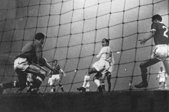2 OCT 1959:  ALFREDO DI STEFANO BACK HEELS MANCHESTER UNITED OUT OF THE EUROPEAN CUP AS REAL MADRID WENT ONTO WIN 6-1 AT OLD TRAFFORD. Mandatory Credit: Allsport Hulton/Archive