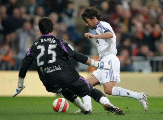 MADRID, SPAIN - FEBRUARY 10:  Raul Gonzalez (R) of Real Madrid beats Sergio Asenjo of Valladolid to score Real's second goal during the La Liga match between Real Madrid and Valladolid at the Santiago Bernabeu stadium on February 10, 2008 in Madrid, Spain  (Photo by Denis Doyle/Getty Images)
