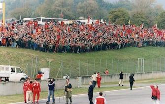 Archivio Girella / Lapresse29 ottobre 2000Scarperia - Autodromo internazionale del MugelloPubblico in delirio per la celebrazione dei due Mondiali della Ferrrari,Schumacher e Barrichello passarella spettacolo.Nella foto : Michael Schumacher,Ruben Barrichello e Luca Cordero di Montezemolo salutano i tifosi