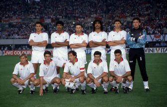 VIENNA, AUSTRIA - APRIL 23: AC Milan tem (back row l-r) Paolo Maldini,Frank Rijkaard, Carlo Ancelotti, Ruud Gullit, Marco Van Basten, Giovanni Galli, (front rowl-r) Angelo Colombo, Alessandro Costacurta, Franco Baresi, Alberico Evani, Mauro Tassotti  during the European Cup Final match between Benfica and  AC Milan at Stadio Prater on April 23, 1990 in Vienna, Austria.  (Photo by Alessandro Sabattini/Getty Images)