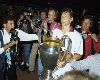 VIENNA, AUSTRIA - APRIL 23:Marco Van Basten of AC Milan lifts the trophy after winnigns the European Cup Final during the match between AC Milan and Benfica at Stadio Prater on April 23, 1990 in Vienna, Austria. (Photo by Alessandro Sabattini/Getty Images)