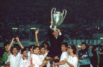 VIENNA, AUSTRIA - APRIL 23:  Silvio Berlusconi President of AC Milan lifts the trophy with his team after winnigns the European Cup Final during the match between AC Milan and Benfica at Stadio Prater on April 23, 1990 in Vienna, Austria.  (Photo by Alessandro Sabattini/Getty Images)
