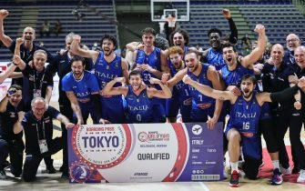 BELGRADE, SERBIA - JULY 04: Players of Italy celebrate after winning the FIBA Basketball Olympic Qualifying Tournament Final match between Serbia and Italy at Aleksandar Nikolic Hall on July 04, 2021 in Belgrade, Serbia. (Photo by Srdjan Stevanovic/Getty Images)