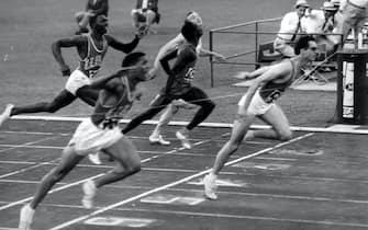 L'atleta Livio Berruti vince nella finale dei 200 metri alle Olimpiadi del 1960 a Roma.  ANSA/ARCHIVIO