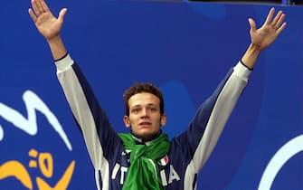 Il nuotatore Domenico Fioravanti esulta sul podio dopo aver conquistato la medaglia d'oro nei 200 metri rana alle Olimpiadi di Sydney, in una immagine del 20 settembre 2000. ANSA/FILIPPO MONTEFORTE