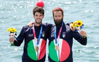 epa09375266 Stefano Oppo (L) and Pietro Ruta of Italy pose with their bronze medals after placing third in the Lightweight Men's Double Sculls final during the Rowing events of the Tokyo 2020 Olympic Games at the Sea Forest Waterway in Tokyo, Japan, 29 July 2021.  EPA/FRANCK ROBICHON
