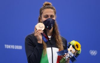 TOKYO, JAPAN - JULY 31: Bronze medalist Simona Quadarella of Team Italy poses during the medal ceremony for the Women's 800m Freestyle Final at Tokyo Aquatics Centre on July 31, 2021 in Tokyo, Japan. (Photo by Clive Rose/Getty Images)