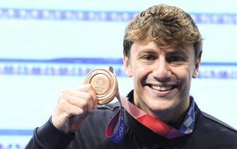 Il nuotatore Nicolò Martinenghi con la medaglia di bronzo conquistata nei 100 rana a Tokyo