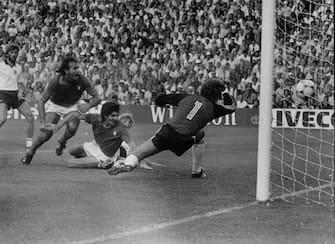 Paolo Rossi segna il gol del vantaggio contro la Germania nella finale mondiale del 1982.  ANSA/PIGNATIELLO-ARCHIVIO