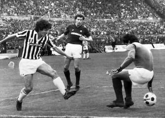L'attaccante della Juventus, Paolo Rossi (S), realizza il gol del momentaneo 1-0 nel derby contro il Torino vinto dai granata per 3-2 allo stadio Comunale di Torino, 27 marzo 1983. ANSA