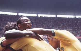 05SN_BRA_ITA210670SP.jpg   Fussball Weltmeisterschaft WM 1970 in Mexico, Finale Brasilien - Italien 4:1, Jubel der brasilianischen Spieler rund um PELE, Jubeltraube, Querformat, 21.06.1970. ©Sven Simon#Prinzess-Luise-Strasse 41#45479 Muelheim / R u h r #tel. 0208/9413250#fax. 0208/9413260#Kto.1428150 C o m m e r z b a n k   E s s e n   BLZ 36040039# www.SvenSimon.net