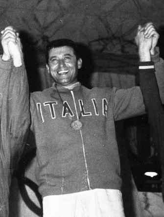 Giuseppe Delfino, portabandiera italiano alle Olimpiadi di Tokyo 1964, in foto sul podio piu' alto (c) nella disciplina della spada individuale alle Olimpiadi del 1960 a Roma, dove ottenne la medaglia d'oro. ANSA