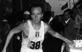 Abdon Pamich, portabandiera italiano alle Olimpiadi di Monaco del 1972, durante la gara di marcia alle Olimpiadi del 1960 a Roma. ANSA