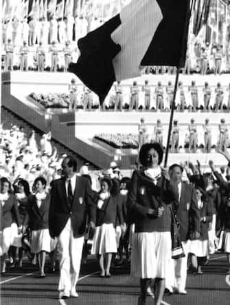 Sara Simeoni, medaglia d'oro alle Olimpiadi di Mosca del 1980 nel salto in alto, in una immagine del 1984 mentre porta il tricolore nella giornata inaugurale delle Olimpiadi di Los Angeles. ANSA / ARCHIVIO