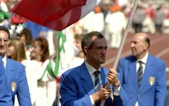 Olimpiadi di Seoul 1988: Mennea porta la bandiera Italiana.      Descrizione: Olimpiadi di Seoul 1988: Mennea porta la bandiera Italiana. Data: 00/00/1988