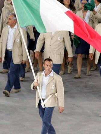 Il portabandiera della delegazione italiana, Yuri Chechi (ginnastica), durante la cerimonia di apertura dei Giochi Olimpici di Atene 2004, nello stadio olimpico di Atene. ANSA