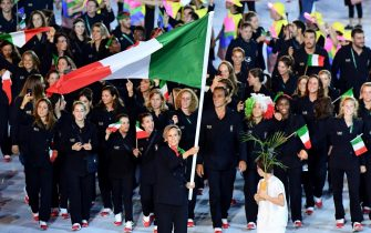 Italian swimmer Federica Pellegrini carries the Italian flag ahead of her teammates as they arrive in the Maracana' stadium during the Opening Ceremony of the Rio 2016 Olympic Games in Rio de Janeiro, Brazil, 05 August 2016. The 2016 Rio De Janeiro Olympic Games run through the closing ceremony on 21 August.    ANSA/ETTORE FERRARI