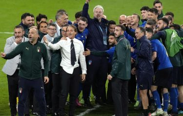 epa09327397 Italian head coach Roberto Mancini (white shirt) and the team celebrate after the UEFA EURO 2020 semi final between Italy and Spain in London, Britain, 06 July 2021. Italy won the game after penalty shoot-out.  EPA/Matt Dunham / POOL (RESTRICTIONS: For editorial news reporting purposes only. Images must appear as still images and must not emulate match action video footage. Photographs published in online publications shall have an interval of at least 20 seconds between the posting.)