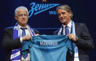 epa06026722 President of FC Zenit Sergei Fursenko (L) and Italian soccer coach Roberto Mancini hold a jersey with his name during a presentation as the new head coach of FC Zenit St. Petersburg in St. Petersburg, Russia, 13 June 2017.  EPA/ANATOLY MALTSEV