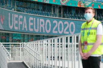 Uno steward nello stadio di San Pietroburgo in Russia