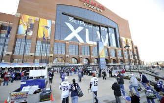 Indianapolis (USA), Super Bowl XLVI, trionfano i Giants.  Fans enter Lucas Oil Stadium before Super Bowl XLVI between the New York Giants and New England Patriots at Lucas Oil Stadium February 5, 2012, Indianapolis.  The game is a re-match of the 2008 Super Bowl matchup. (UPI Photo/Brian Kersey)