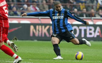 Milan, ITALY:  Inter Milan's forward Adriano (R) kicks to score a goal against Fiorentina during their Italian serie A football match at San Siro stadium in Milan, 21 January 2007. AFP PHOTO / Paco SERINELLI  (Photo credit should read PACO SERINELLI/AFP via Getty Images)