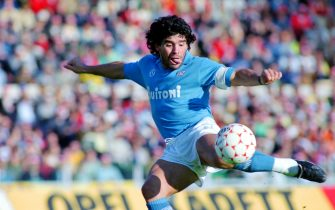 ROME, ITALY - OCTOBER 26: Diego Maradona of Napoli scores the opening goal during the Serie A match between AS Roma and Napoli at the Stadio Olympico on October 26, 1986 in Rome, Italy. (Photo by Etsuo Hara/Getty Images)