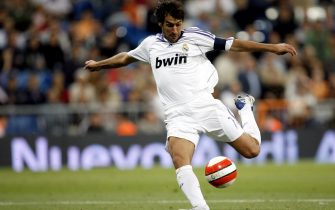MADRID, SPAIN - SEPTEMBER 27: Raul of Real Madrid shoots on goal during the La Liga match between Real Madrid and Real Betis at the Santiago Bernabeu stadium on September 27, 2007 in Madrid, Spain  (Photo by David R. Anchuelo/Real Madrid via Getty Images)