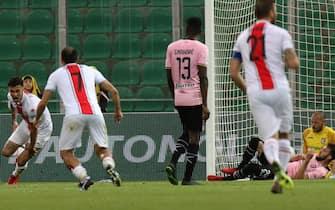Gianluca Scamacca esulta dopo il gol al Palermo allo stadio Renzo Barbera nell'aprile 2018