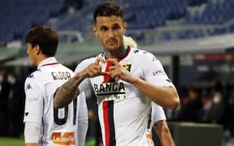 L'attaccante del Genoa Gianluca Scamacca mima un cuore dopo un gol