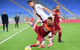 L'attaccante del Genoa Gianluca Scamacca durante un contrasto con Lorenzo Pellegrini in Roma-Genoa