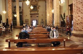"""Il presidente della Cei, cardinale Gualtiero Bassetti, celebra la prima messa """"a porte aperte"""" alla presenza di varie autorità nella cattedrale di Perugia, 18 maggio 2020. ANSA/Gianluigi Basilietti"""