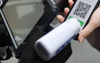 Lo schermo di un cellulare mostra il Green pass