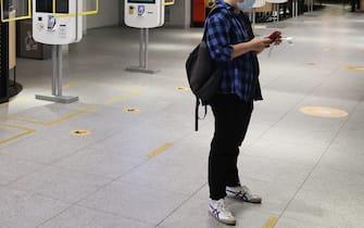 Un giovane controlla lo smartphone all'interno di un fast food