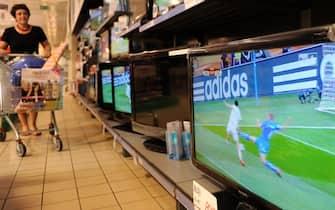20100624-PISA-MONDIALI 2010: SLOVACCHIA-ITALIA. Una donna si ferma davanti al reparto televisioni in un supermercato durante la partita dei mondiali Slovacchia -Italia, oggi 24 giugno 2010 a Pisa.ANSA/FRANCO SILVI