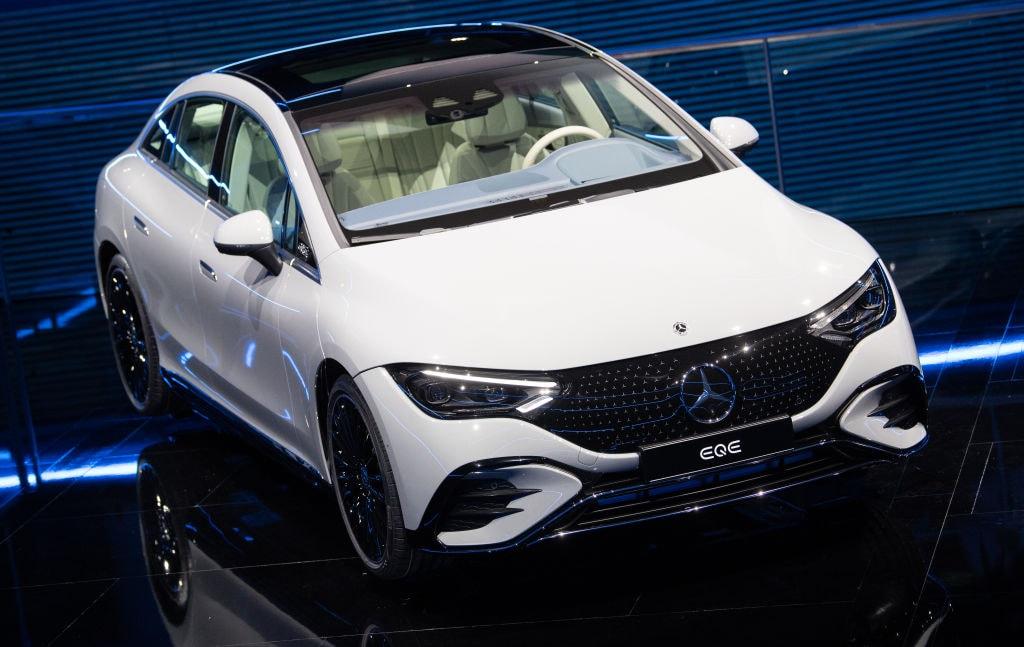 La nuova Mercedes EQE, prima berlina di lusso elettrica, al Salone dell'Auto di Monaco 2021
