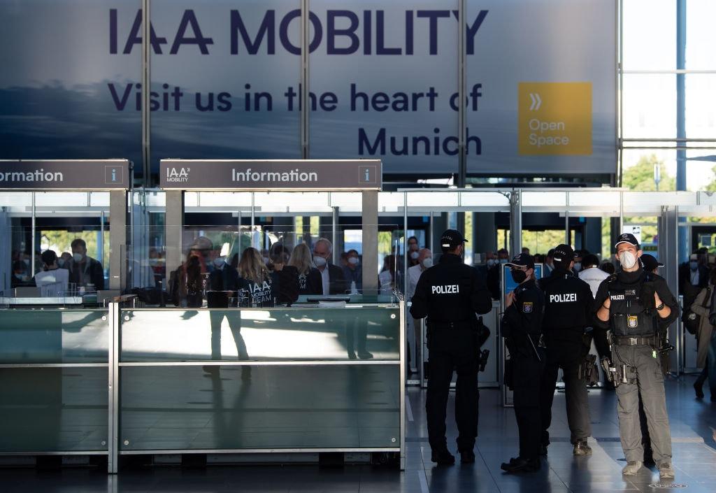 Gente e controlli di sicurezza all'ingresso del Salone dell'Auto di Monaco 2021