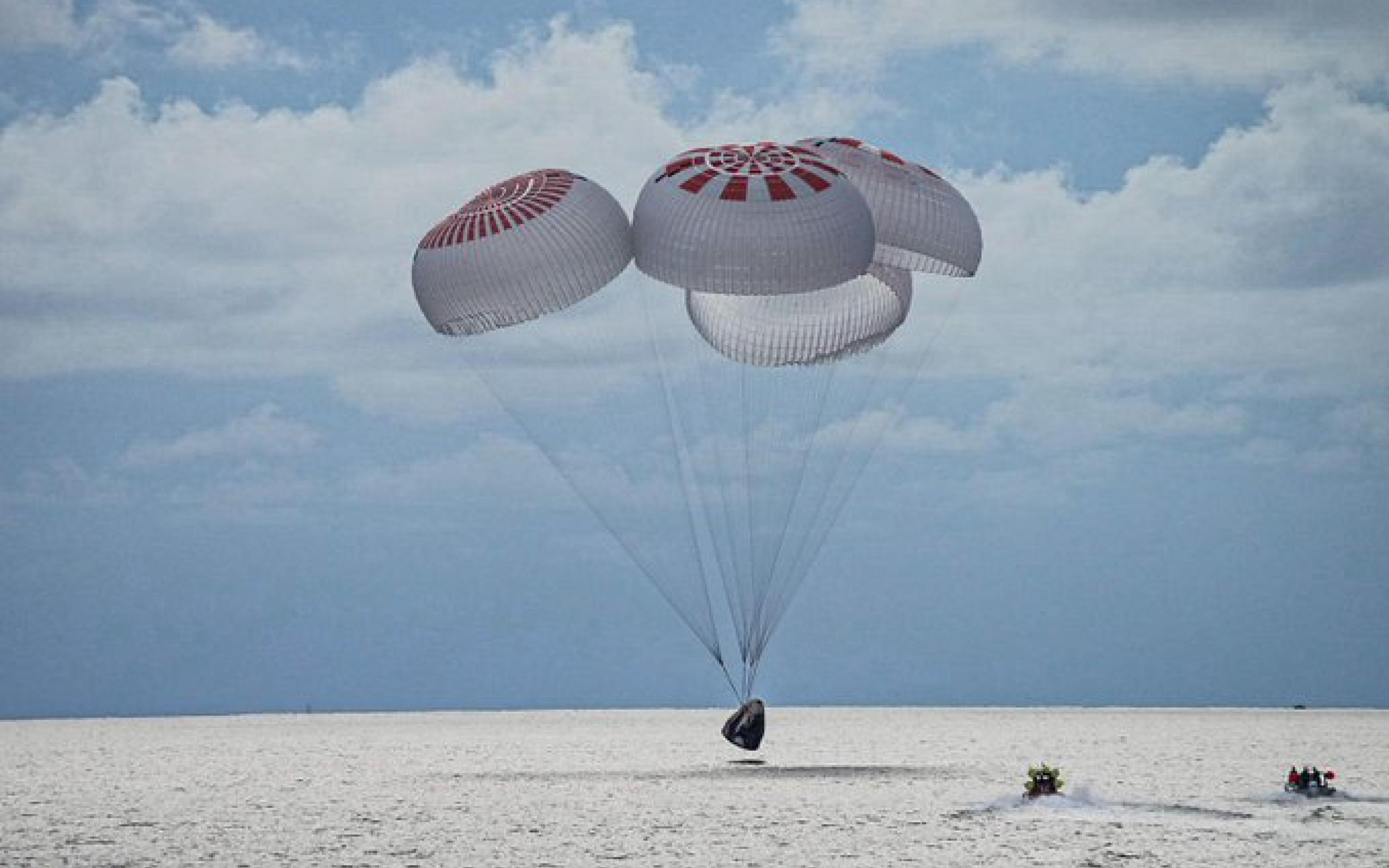 I primi quattro turisti spaziali di SpaceX sono ammarati ieri sera nell'Oceano Atlantico al largo della costa della Florida dopo aver trascorso tre giorni nello spazio, completando con successo la prima missione orbitale della storia senza astronauti professionisti a bordo, 19 settembre 2021. ANSA/Twitter SpaceX      + ATTENZIONE LA FOTO NON PUO' ESSERE PUBBLICATA O RIPRODOTTA SENZA L'AUTORIZZAZIONE DELLA FONTE DI ORIGINE CUI SI RINVIA +